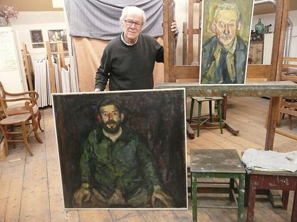 Willy Rieser met een portret van medeleerling Jacques Vonk en rechtsboven een schilderij door zijn echtgenote Miep de Leeuwe