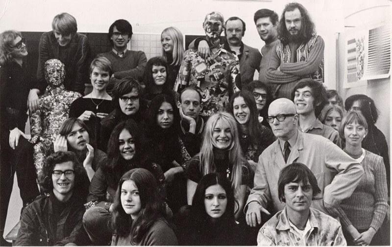 Georg Hadeler (rechtsboven met snor, arm over pop) en zijn groep, ca. 1969-1970