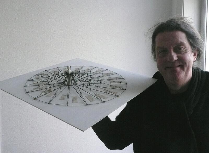 Lichel van den Ende met het model voor een jurk met een diameter van tien meter