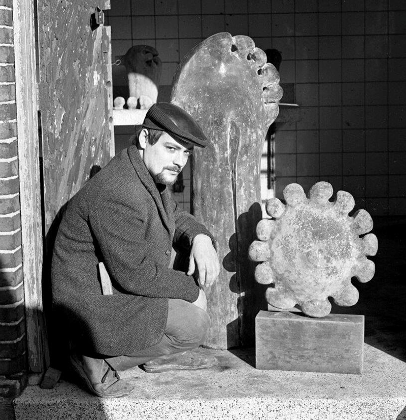 Phil van de Klundert met zijn werk Amoebe, 1968.