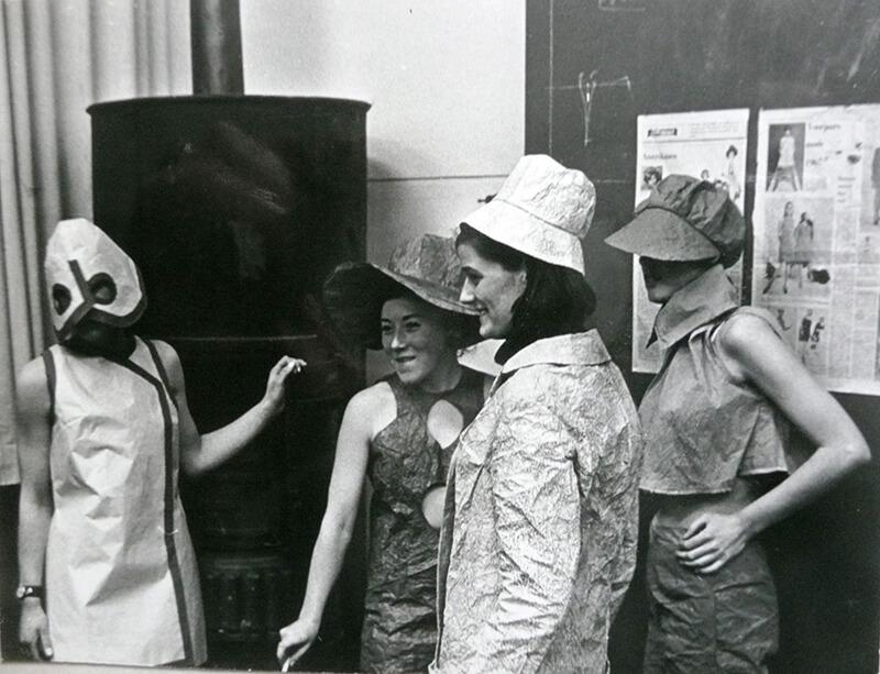 Leerlingen van Wil Korrelboom in kleding van papier, 1967