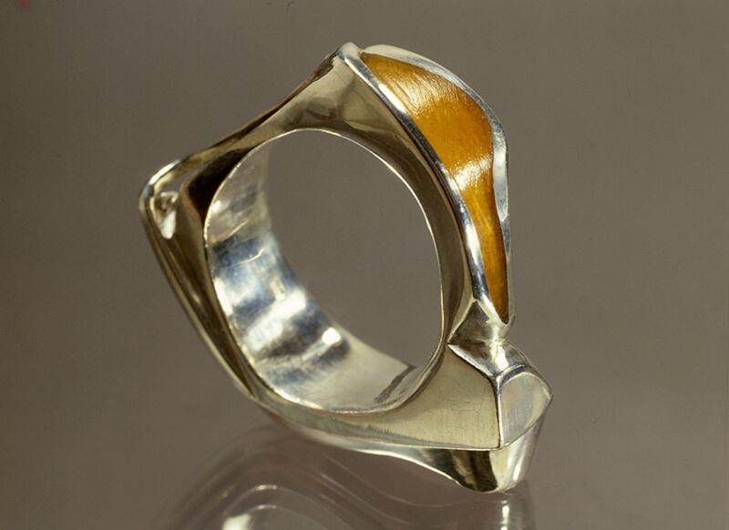 Gegoten zilveren ring met gekleurd perspex (Mari Serraris), 1977