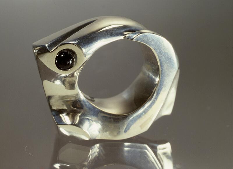 Gegoten zilveren ring met onyx (Mari Serraris), 1977