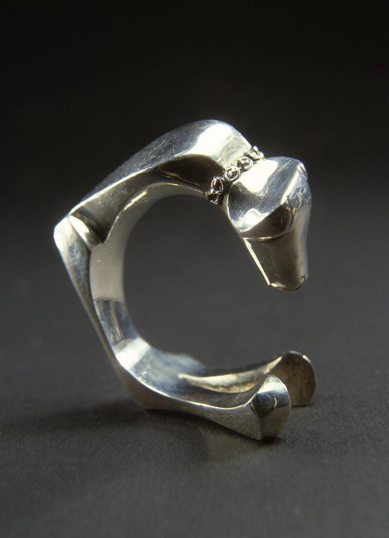 Hondjesring zilver (Mari Serraris), 1977