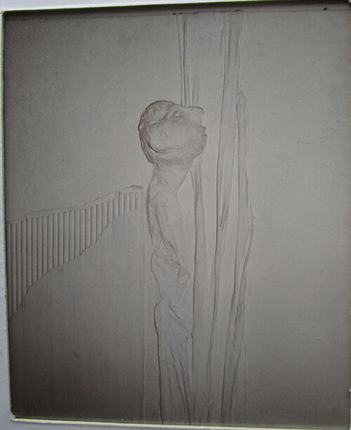 De mens van wie het hoofd vol/zwaar is geraakt (rationeel denken) en waarbij het lijf is geatrofieerd. Getoond detail is een van de negen dragers. (Angèle Bakkum)