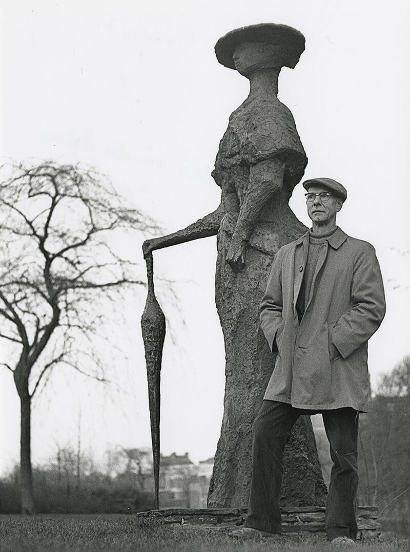 Theo van der Nahmer bij beeld Eline Vere, ca 1973 (Fotograaf Pieter Paul Koster, collectie Haags Gemeentearchief)