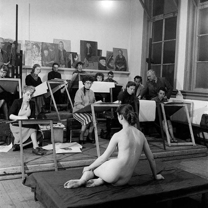 Modeltekenen aan de Vrije Academie, eind jaren '50 (Ed van Wijk - Nederlands Fotomuseum)