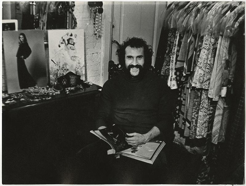 Leon Bouter in zijn boutique, waarschijnlijk Kazernestraat, ca 1970 (foto Gerard P Fieret, collectie Haags Gemeentearchief)