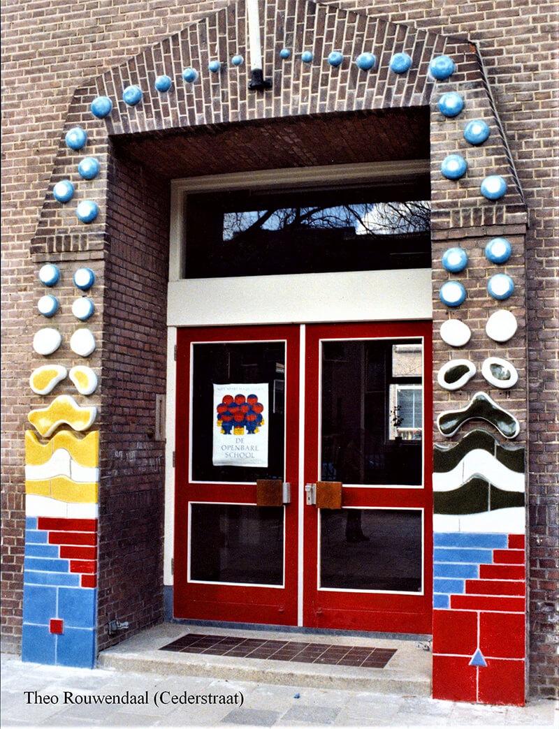 Keramisch wandreliëf voor de Openbare Montessorischool aan de Cederstraat in Den Haag,1979. De school is afgebroken in 2013 (Theo Rouwendaal).