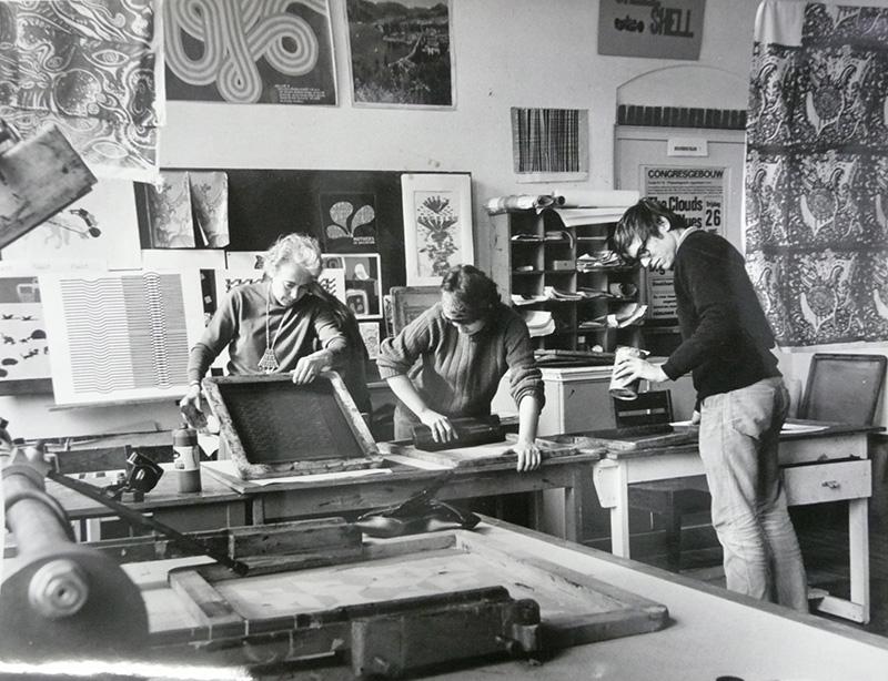 In het zeefdruklokaal, De Gheijnstraat, jaren '70 (foto Paul Melief)