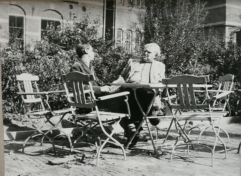 In de tuin van de Hoefkade, rechts Livinus en links Rudi Rooijackers (ca 1960)