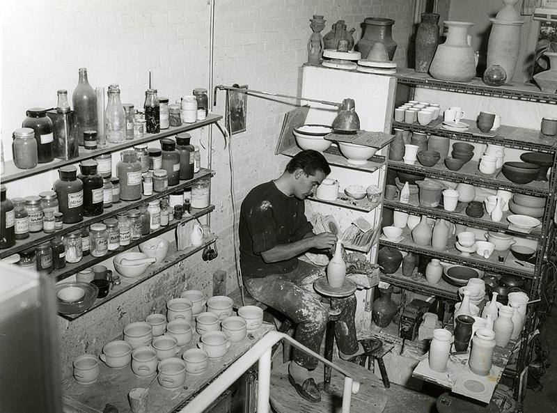 Jan van der Vaart aan het werk in zijn atelier aan de Loevesteinlaan 184 in Den Haag, jaren '50 (foto JMvdV)