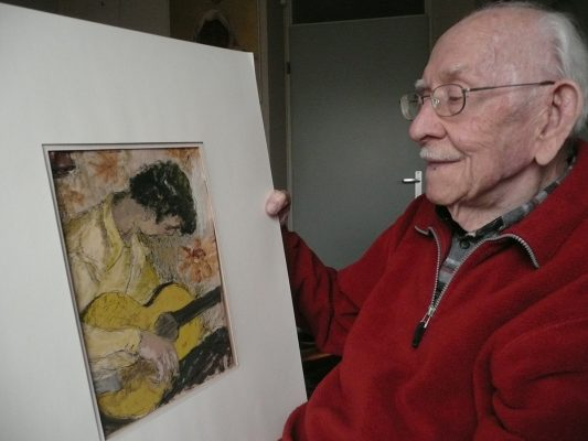 Andries Minderhout met een van de gouaches die hem in 1948 een beurs opleverden - januari 2013 - fotosaskia