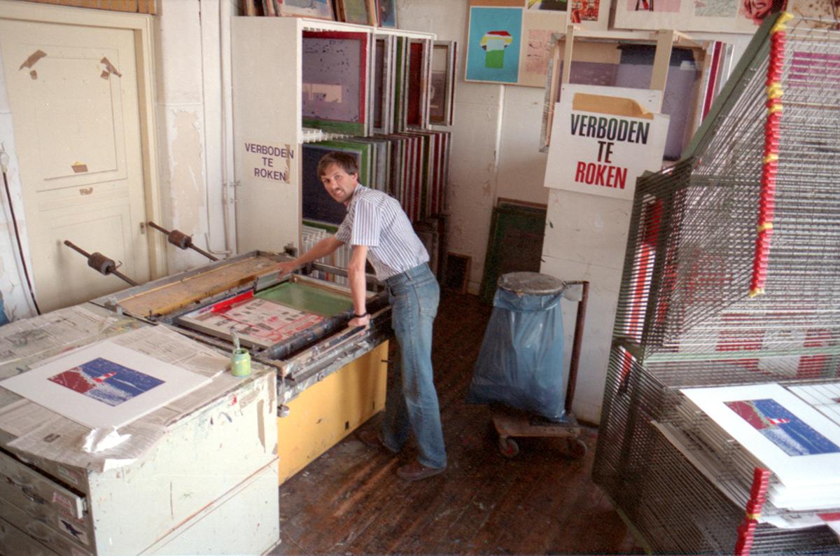 Philip van den Dool in het zeefdrukatelier op De Gheijnstraat, 1988