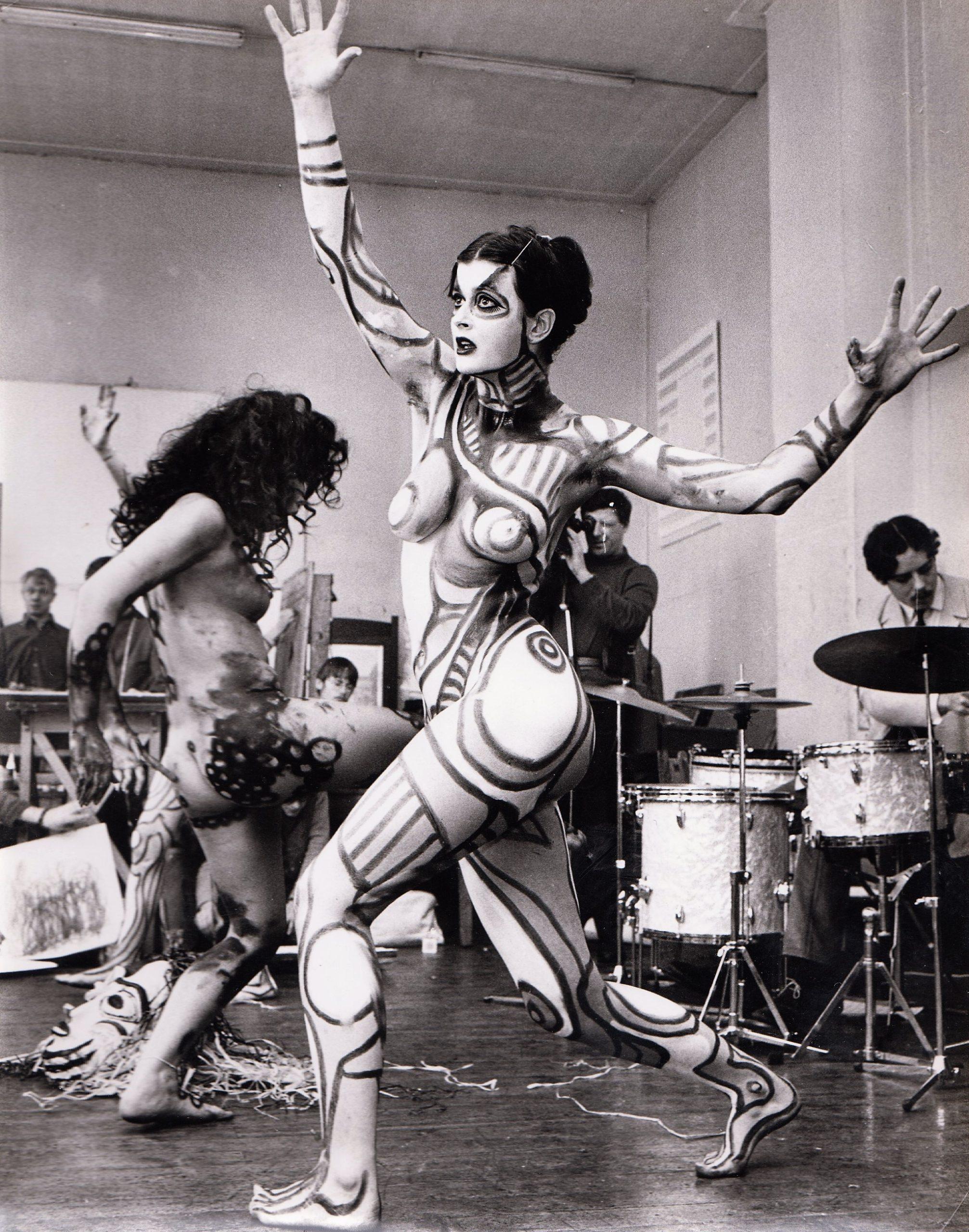 Twee beschilderde modellen dansen op live muziek (foto Tony van Muyden, wrs eind jaren '60)rs eind jaren '60